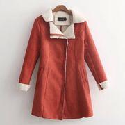 フェイクムートン素材に、裏側にはボア素材を施し真冬でも暖かい保温性に優れたロングコート