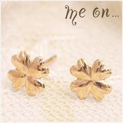 【me on...】K10イエローゴールド・ハート型の葉っぱがキュートな四葉のクローバーモチーフピアス