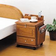 ベッドサイドやリビングに便利★鍵付き★天然木ベッドサイドワゴン、キヤスター付きで移動もラクラク。