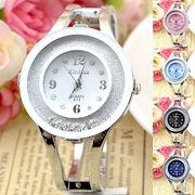 ラウンドストーンが揺れ動くシルバーバングルウォッチ カラフル丸形フェイスのレディース腕時計 AV035