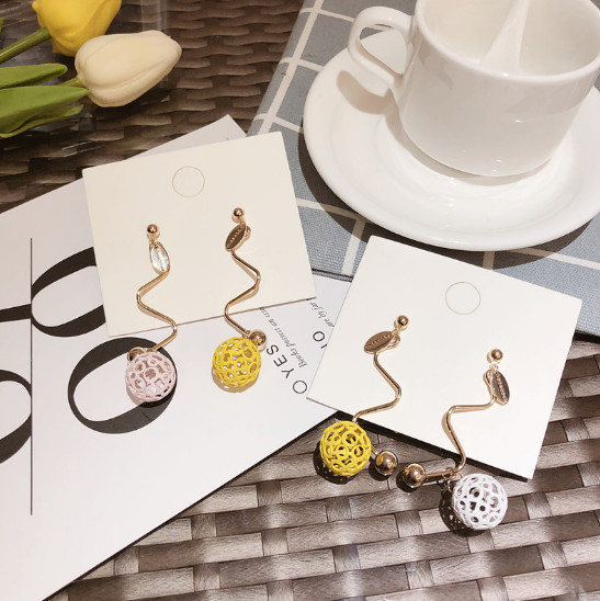 ピアス イヤリング アクセサリー 透かし彫り 球形  可愛い アシンメトリー 韓国ファッション