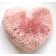 ギフトに大好評! かわいいピンクのムートン ハートクッション
